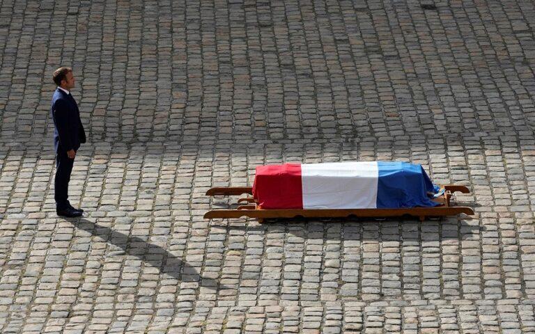 Για τον Ζαν – Πολ Μπελμοντό η Γαλλική Σημαία, για τον Μίκη Θεοδωράκη πού ήταν η Ελληνική;